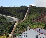 Una casa junto a una sección de la valla fronteriza que separa México de EE.UU., Tijuana (México), el 28 de febrero de 2017. Edgard Garrido/ Reuters.