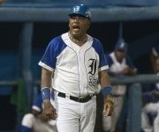 Víctor Mesa de coach de tercera base. Foto: Ismael Francisco/ Cubadebate.