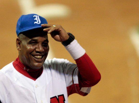 Lázaro Vargas le regala a Víctor Mesa una gorra azul al comienzo del partido. Foto: Ismael Francisco/Cubadebate/ Archivo.