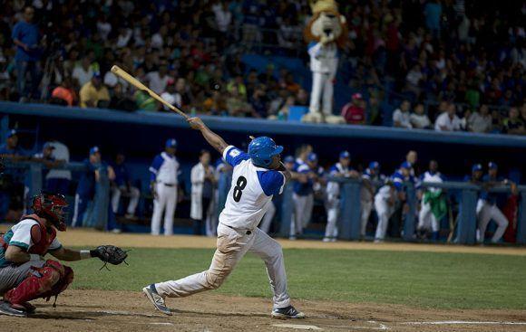 Samón conecta jonrón decretando el KO azul sobre la Isla. Foto: Ismael Francisco/ Cubadebate.