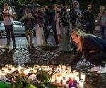 Gente coloca velas en el lugar del ataque.Foto: EFE