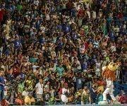 Aficionados en el Latino celebrando el triunfo de Industriales. Foto: Ismael Francisco/ Cubadebate.