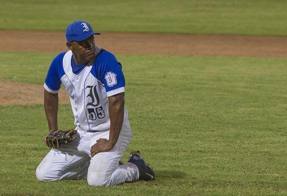 Alexander Malleta se lamenta de la pobre defensa de los Industriales en el partido. Foto: Ismael Francisco/ Cubadebate.