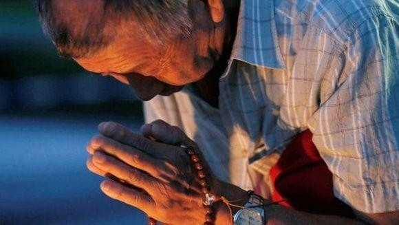 Un hombre reza en durante el aniversario de la bomba de Hiroshima. (Reuters)