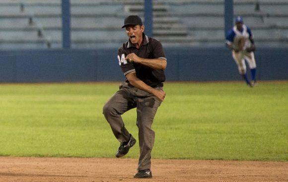 Los árbitros también se emocionan. Foto: Ismael Francisco/Cubadebate.