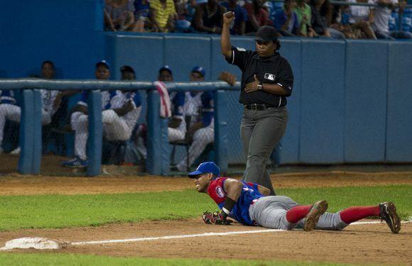 Marcos Fonseca atrapó tremenda bola pegada a la raya. Foto: Ismael Francisco/ Cubadebate.