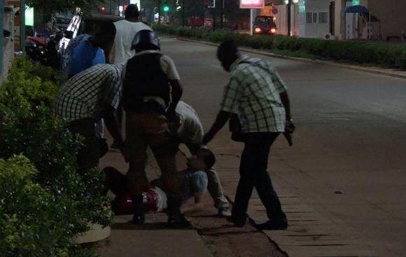 Supuestos yihadistas mataron al menos a 18 personas durante un asalto a un restaurante en la capital de Burkina Faso. Foto: Reuters TV.