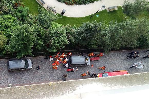 Personal de emergencia en la zona del atropello. Foto: AFP.