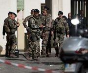 Soldados franceses reunidos en el lugar donde un vehículo atropello a 6 soldados. Foto: AFP.