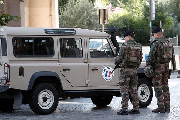 Soldados controlan los vehículos próximos a la zona del atropello. Foto: Reuters.