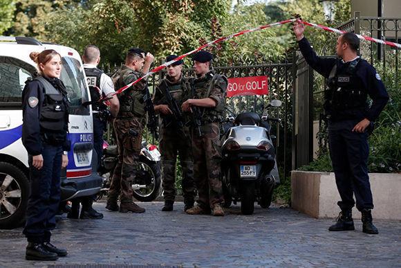 Policías y soldados vigilan el lugar en el que un grupo de militares ha sido atropellado. Foto: Reuters.