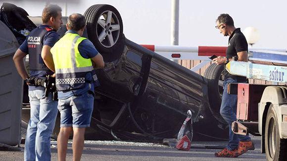 Policías junto al Audi A3 con el que cinco terroristas irrumpieron en Cambrils. Los cinco murieron por disparos de la policía. En vídeo, los viajes al extranjero de los terroristas.. Foto: AFP.