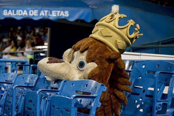 El león se conforma con comerse los palcos azules. Foto: Ismael Francisco/Cubadebate.