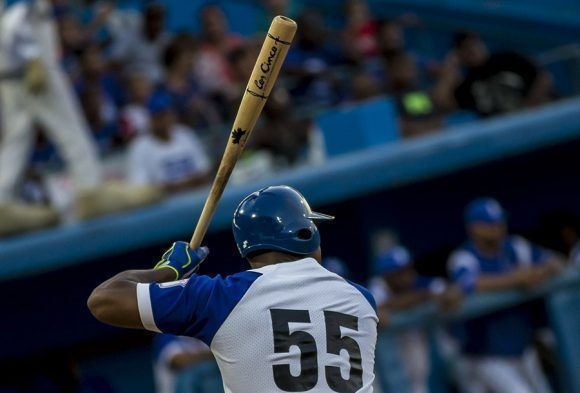 Los bates Cubacan son utilizados por varios peloteros. Foto: Ismael Francisco/Cubadebate.