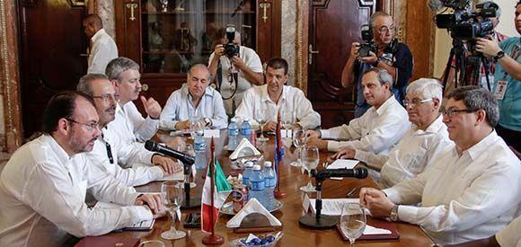 Bruno Rodríguez Parrilla (D), ministro de Relaciones Exteriores de Cuba, y su homólogo de México, Luis Videgaray (I), durante las conversaciones oficiales sostenidas en la sede de la Cancillería cubana, en La Habana, el 18 de agosto de 2017. Foto: Abel Padrón Padilla/ ACN.