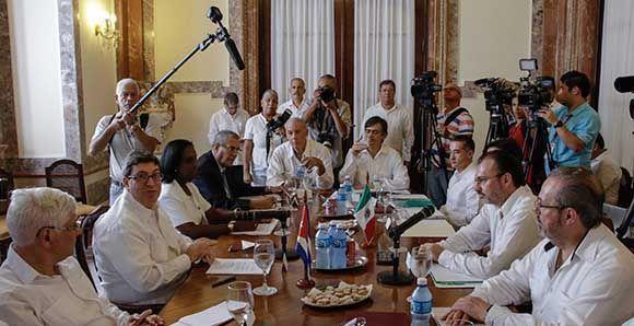 Bruno Rodríguez Parrilla (segundo, izq.), ministro de Relaciones Exteriores de Cuba, y su homólogo de México, Luis Videgaray (segundo, der.), durante las conversaciones oficiales sostenidas en la sede de la Cancillería cubana, en La Habana, el 18 de agosto de 2017. Foto: Abel Padrón Padilla/ ACN.