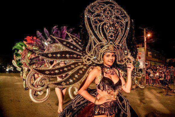Desfile de Fantasía, del municipio Caibarién, provincia de Villa Clara, en modelos del grupo Recrearte, durante el Carnaval Holguín 2017. Foto: Juan Pablo Carreras/ ACN.