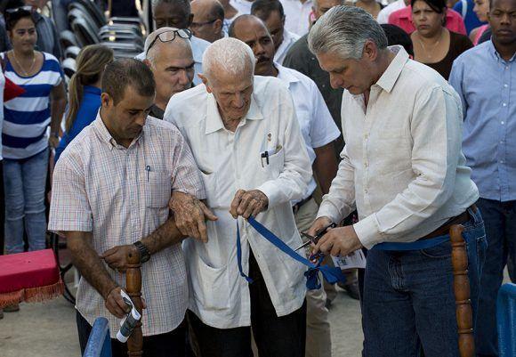 Miguel Díaz-Canel y José Ramón Fernández fueron los encargados de cortar la cinta como símbolo de la reapertura del complejo de piscinas Baraguá en la Habana del Este. Foto: Ismael Francisco/ Cubadebate.