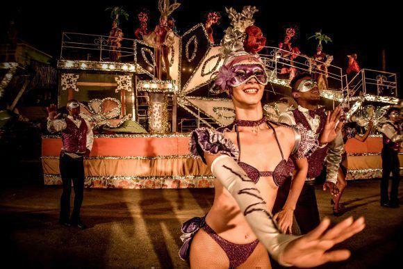 Integrantes de carrozas y comparsas realizan sus espectáculos en las fiestas populares Holguín 2017. Foto: Juan Pablo Carreras/ ACN.