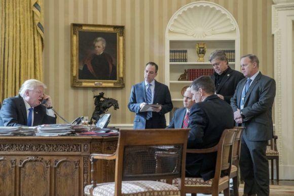 En esta foto de archivo del 28 de enero de 2017, el presidente Donald Trump aparece acompañado por parte de su gabinete.