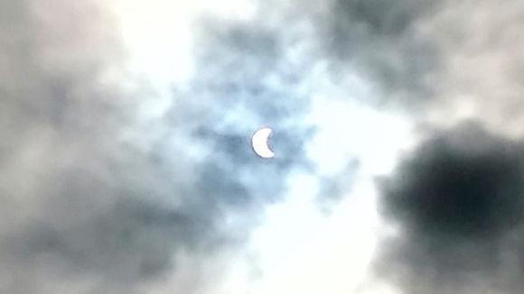 Rafael disfrutó el eclipse en medio de un cielo nublado. Foto: Rafael Pineda Pupo.