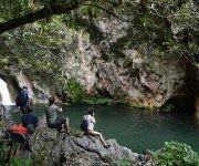 Los pequeños saltos de agua llevan agua limpia y fresca a la piscina natural del Caburní. Foto: Oscar Alfonso Sosa/ ACN.