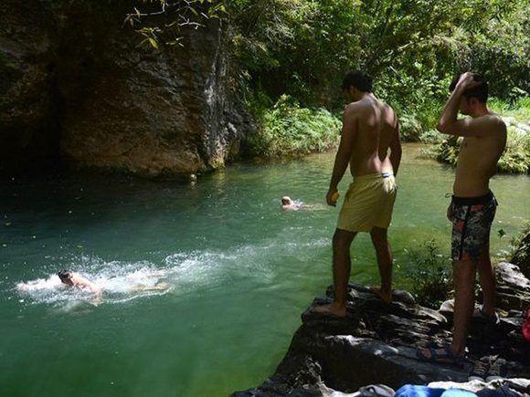 La piscina natural del Caburní es otra de las atracciones para quienes visitan el Gran Parque Natural Topes de Collantes. Foto: Oscar Alfonso Sosa/ACN.