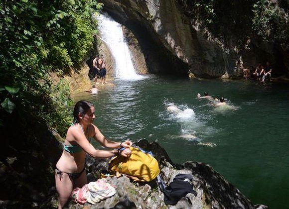 La piscina natural del Caburní es otra de las atracciones para quienes visitan el Gran Parque Natural Topes de Collantes. Foto: Oscar Alfonso Sosa/ ACN.