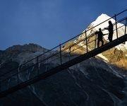 Las cuerdas que sostiene el puente Europabruecke pesan ocho toneladas. Foto: Valentin Flauraud/ EFE.