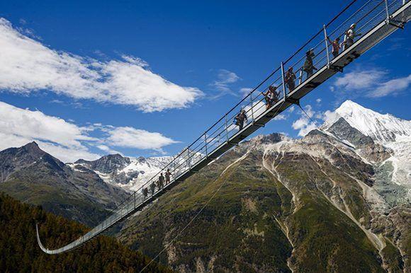 La construcción suspendida en los Alpes, con una longitud de 494 metros, conecta los pueblos de Zermatt y Grächen. Foto: Valentin Flauraud/ EFE.