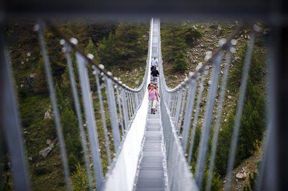 La empresa Swissrope instaló un sistema especial que permite que el puente apenas se balancee. Foto: Valentin Flauraud/ EFE.