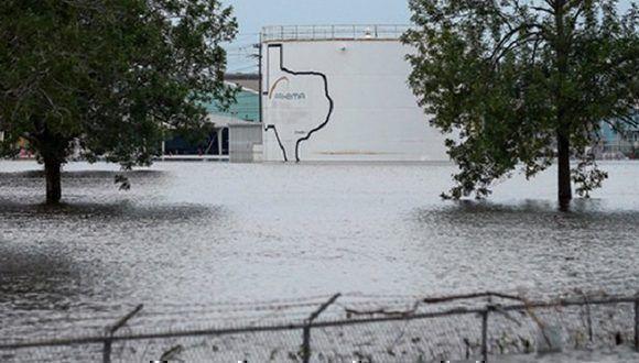 Reportan dos explosiones en planta química de Texas tras fuertes inundaciones