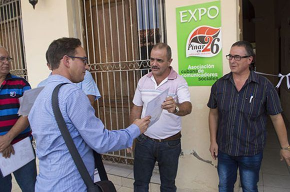 """El diseñador Isaac Linares fue reconocido por sus valiosos aportes a la campaña de comunicación """"Pinar en 26, cultivando victorias""""."""