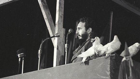 Fidel anuncia la decisión de nacionalizar las empresas norteamericanas en Cuba como respuesta a las agresiones económicas de los Estados Unidos contra la Isla. Su intervención tuvo lugar durante la clausura del Primer Congreso Latinoamericano de Juventudes, en el estadio del Cerro, en La Habana, 6 de agosto de1960/ Sitio Fidel Soldado de las Ideas/ Periòdico Hoy.