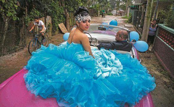 Una joven quinceañera celebra su aniversario en Punta Brava, Cuba. Foto: Ramón Espinosa/ AP.