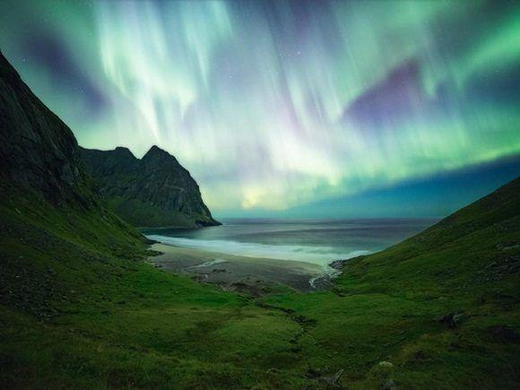 Después de una larga caminata a Kvalvika, en las islas de Lofoten en Noruega, el fotógrafo llegó a la playa alrededor de la medianoche.