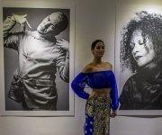 """Una mirada entre nostálgica y admirada es la que arroja Joanne Soto Fernández (""""Titina"""") en su expo. Foto: Ismael Francisco/ Cubadebate."""