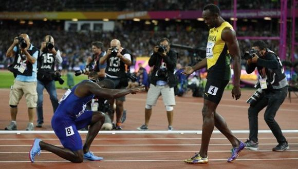 La imagen de la reverencia de Gatlin a Bolt que ya es historia del deporte. Foto: Reuters