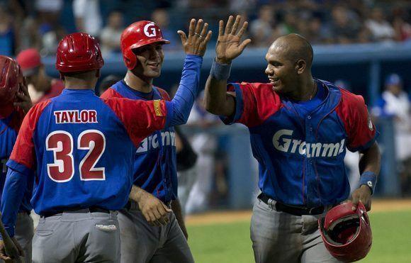 Lázaro Cedeño conectó cuadrangular con dos hombres en base. Foto: Ismael Francisco/ Cubadebate.