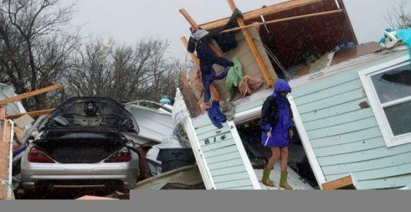 Una mujer junto a su casa destruida en Fulton (Texas). REUTERS/Rick Wilking