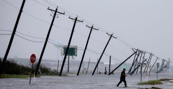 Un hombre cruza una carretera inundada por las lluvias del huracán Harvey. REUTERS/Adrees Latif