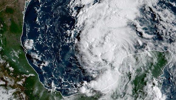 """Al tocar tierra entrará en una """"zona muerta"""" que lo hará estacionario y provocará fuertes descargas de lluvia por horas; se preven inundaciones en varios condados de Estados Unidos"""
