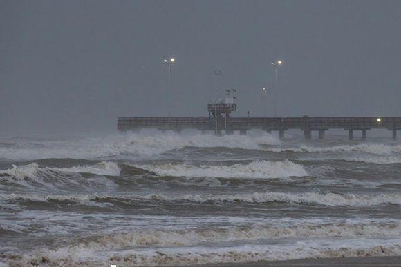 La marea se agita en el muelle Bob Hall de Corpus Christi, Texas. Foto: Courtney Sacco/ Corpus Christi Caller-Times.