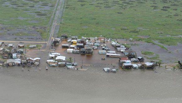 Equipos de rescate estadounidenses luchaban contra la crecida de las aguas el domingo para evacuar a cientos de residentes aislados en sus casas y vehículos en el sureste de Texas tras el impacto de Harvey. Foto: Johanna Strickland/ Handout.