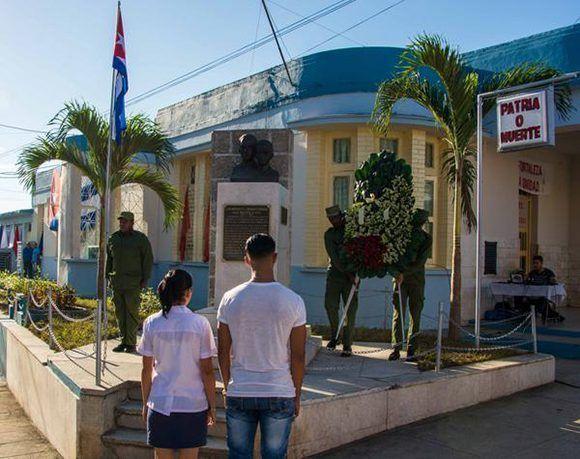 Depositan ofrenda floral en el monumento a los Hermanos Saíz, a sesenta años de su asesinato, en ceremonia realizada en San Juan y Martínez, Pinar del Río. Foto: Rafael Fernández/ ACN.