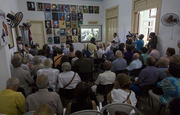 Asistentes a las honras fúnebres al destacado periodista Antonio Moltó Martorel. Foto: Irene Pérez/ Cubadebate.