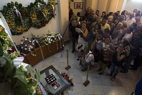 Asistentes a las honras fúnebres al destacado periodista Antonio Moltó Martorell, quien fuera presidente de la Unión de Periodistas de Cuba. Foto: Irene Pérez/ Cubadebate.