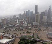 Las carreteras alrededor del centro de Houston están vacías, mientras las aguas de la tormenta desbordan la ciudad. Foto: AP.
