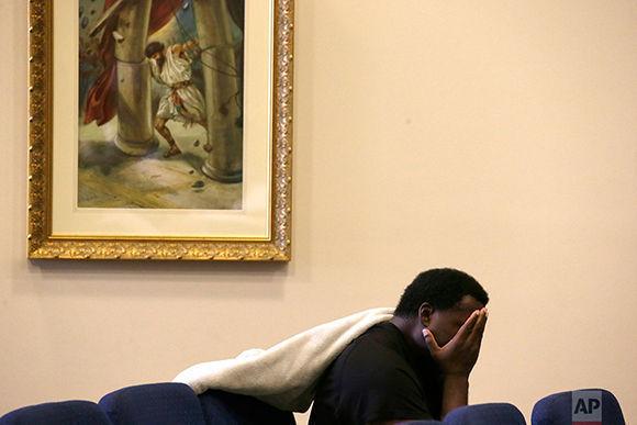 Kevin Lazenby espera ser evacuado en una iglesia. Foto: AP.