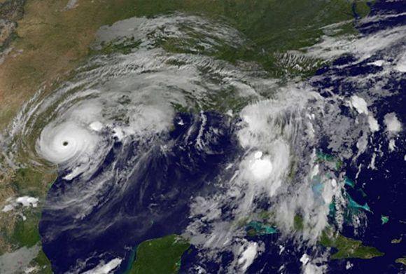 El poderoso huracán Harvey irrumpe en la costa estadounidense. Sobre la Florida y parte del territorio cubano se observa un centro de bajas presiones. Imagen: GOES Project Science/ Vía INSMET Cuba.